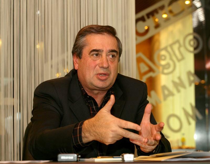 Presedintele grupului InterAgro, Ioan Niculae discuta cu ziaristii prezenti la conferinta extraordinara de presa organizata de InterAgro in Bucuresti, miercuri, 6 decembrie 2006. SILVIU MATEI / MEDIAFAX FOTO